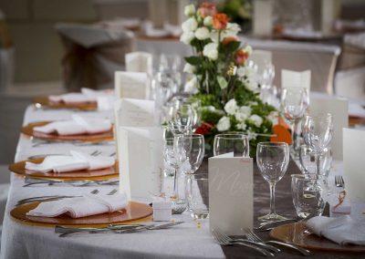 galerie Photos Val de Loir traiteur - table de mariage fleurie blanche et orange